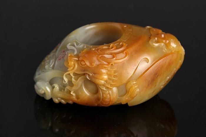 黄田玉龙形龙头玉环玉石雕刻商业摄影图片