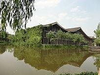 葫芦状杭州中国美术学院人工湖中被藤蔓包围的教学楼及水中倒影