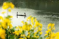 江中一渔船有两人在摆渡
