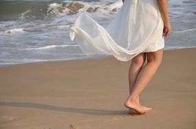 女孩的白裙被吹起来了