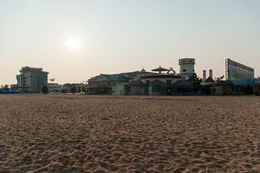 沙滩边上的城堡式建筑