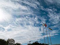 绚丽的蓝天白云下旗帜飘扬
