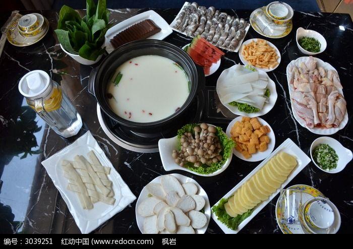 一桌火锅菜肴