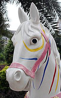 油彩白马雕像头部特写