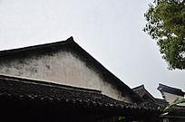 古代瓦房尖角屋顶