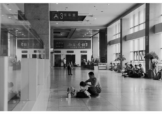 《火车站候车室里的场景摄影》[jpg 5.41 mb]