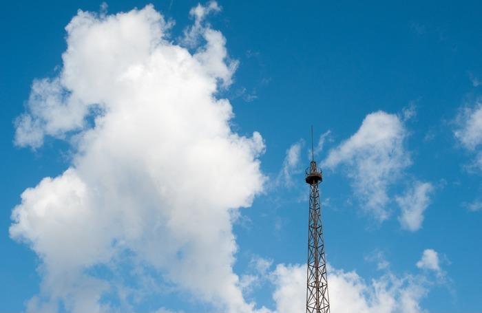 蓝天白云与信号塔
