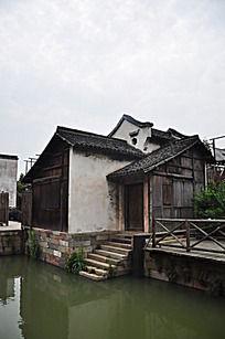 溪边的老房子