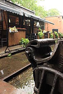 雨后广州红砖厂广州小站火车头咖啡馆火车部件