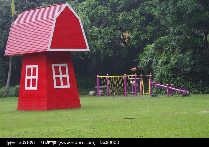 草地上的红色童话小木屋
