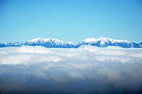 厚重云层下的富士山风景