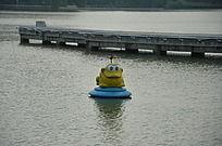 湖面上的卡通动物