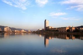 蓝天白云下的天水人工湖西河风景线