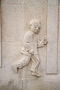 石墙雕刻的男孩形象图片