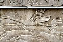 石墙雕刻正在飞翔的仙鹤图片