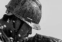 石油工人头戴安全帽的侧面照