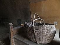 延安窑洞内的竹篮