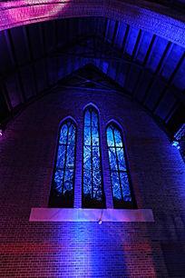 夜景教堂的窗户