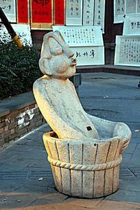 成都锦里木盆里洗澡的人物雕像