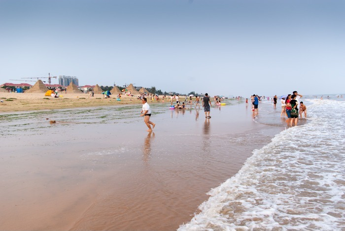 海边沙滩及游人图片