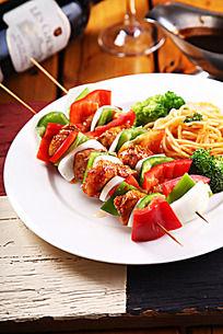 鸡肉蔬菜串烧配意面