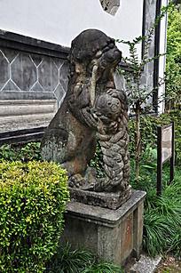 门口的狮子雕像