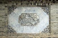 青砖墙面雕刻拼接的麒麟图案