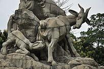 喂奶的山羊雕塑