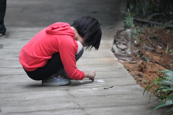 蹲在地上画画的小女孩小孩图片