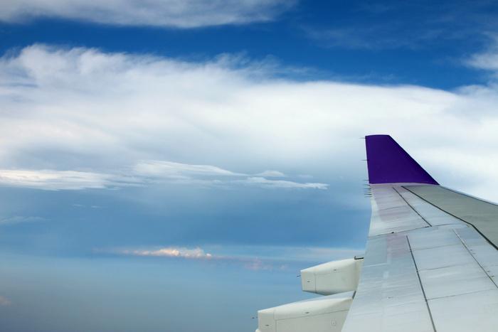 蓝天白云与飞机的机翼