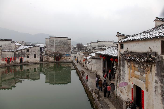 水塘周边的民居建筑图片