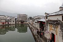 水塘周边的民居建筑