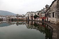 黟县宏村围绕月昭的民居建筑