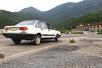 驾校场地侧方停车的教练车