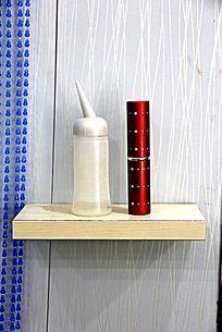 美发店展架上的加湿器喷雾器金属小管毛刷