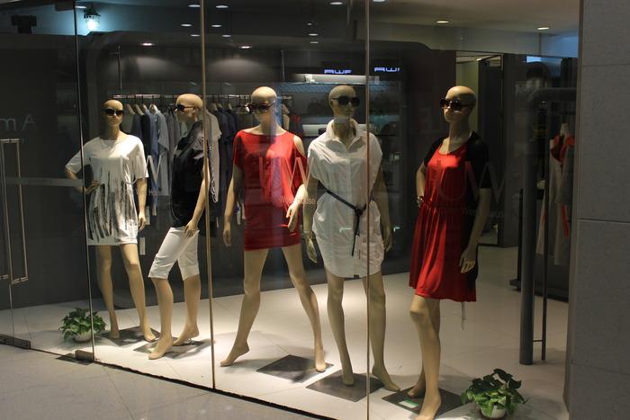 原创摄影图 建筑摄影 商业中心 时尚女装橱窗  请您分享: 红动网提供图片