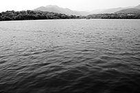 西湖的山水 湖面 黑白