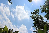 光芒四射的蓝天白云