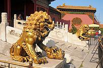 故宫的金色狮子雕像