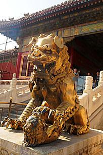故宫的金狮雕像