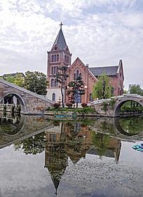 湖边的教堂