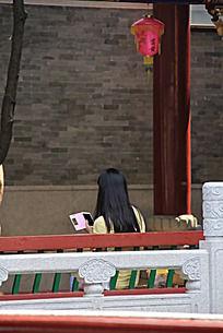 拿着手机的女性背影