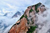 云海中的巨大峭壁
