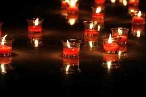 地球一小时红色的蜡烛杯