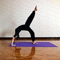 瑜伽动作之单腿铁板桥