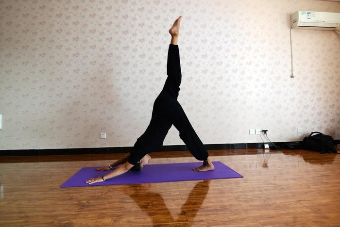 瑜伽动作之单腿向上图片