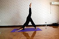 瑜伽动作之单腿向上