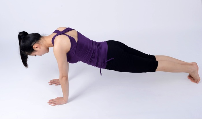 瑜伽动作之俯卧撑图片,高清大图_美容健身素材