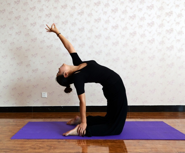 瑜伽动作之后弯腰图片,高清大图_美容健身素材
