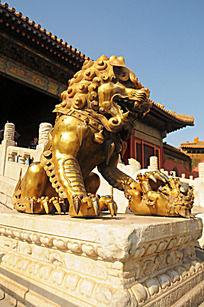 金色狮子雕像